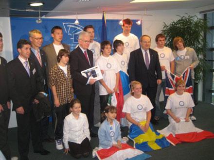 Młodzi diabetycy i sportowcy na spotkaniu u przewodniczącego Parlamentu Europejskiego, Hansa-Gerta Poetteringa
